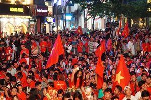 Biển người lấp đầy phố đi bộ Nguyễn Huệ ủng hộ đội tuyển Việt Nam trong trận chung kết AFF Cup 2018