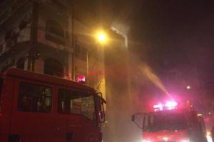 Hà Nội: Cháy lớn quán karaoke trong đêm, nhiều người tháo chạy