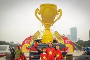 Cận cảnh 'cúp vàng AFF Cup' khổng lồ cao 2,1m trước trận chung kết Việt Nam - Malaysia
