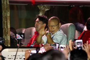 CĐV vây kín khách sạn trong đêm, chờ tuyển Việt Nam trở về