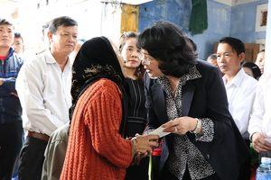 Phó chủ tịch nước thăm gia đình dân quân tử vong cứu người trong lũ