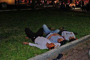 Những giấc ngủ mệt nhoài giữa phố sau đêm CĐV quậy tưng bừng