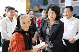 Phó Chủ tịch nước trao 500 ngôi nhà cho người nghèo miền Trung