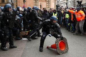Pháp: 66.000 người biểu tình Áo vàng, cảnh sát phải dùng hơi cay để giải tán