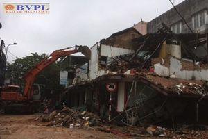 Căn nhà cổ hơn 100 năm tuổi bỗng đổ sập giữa đêm khuya