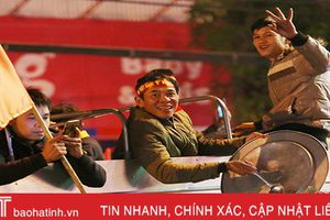 Xem lại những kiểu ăn mừng độc - lạ của CĐV Hà Tĩnh