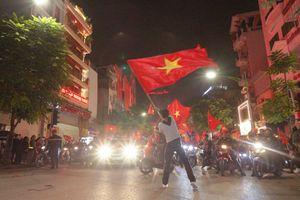 Clip: Cận cảnh 'tiệc đại thắng' tại 'tâm bão' Hà Nội