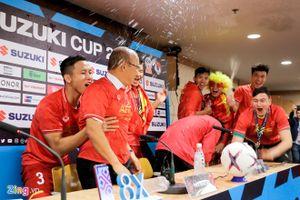 Quế Ngọc Hải dẫn đồng đội 'phá đám' họp báo khiến HLV Park Hang Seo ướt sũng