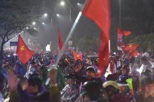 Hàng vạn người hâm mộ Huế đội mưa thâu đêm mừng tuyển Việt Nam vô địch AFF Cup