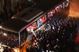Người hâm mộ hộ tống tuyển Việt Nam mang cúp vô địch rời sân Mỹ Đình