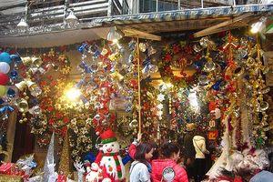Không khí Noel sôi động với nhiều loại quà tặng, đồ trang trí bắt mắt