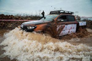 Hơn 50 xe bán tải lội nước, vật lộn trong bùn ở Quảng Ninh