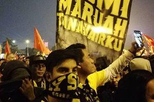 Bộ trưởng Malaysia hòa mình cùng Ultras Malaya tại chung kết AFF Cup