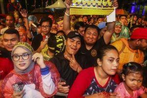BẤT NGỜ: ĐT Malaysia được chào đón như những… nhà vô địch