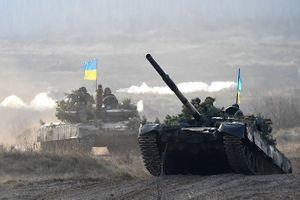 Lo bị tấn công, Ukraine đưa xe tăng và chiến đấu cơ đến tiền tuyến