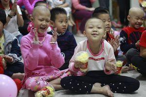 Tay cắm kim truyền, bệnh nhi ung thư vẫn hát, cười đùa rộn ràng đón Giáng sinh sớm ngay tại bệnh viện