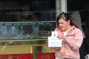 Cô gái liều lĩnh đeo vàng rồi bỏ chạy trước mặt chủ tiệm