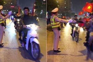 Chiến sĩ CSGT 'dễ thương nhất cơn bão' đập tay ăn mừng với CĐV trên phố