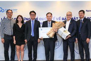 CMC trao chứng chỉ bảo mật dữ liệu thẻ quốc tế cho Ngân hàng Bản Việt