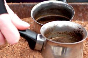 Độc lạ cà phê đun trên 'chảo cát nóng' của vùng Trung Đông