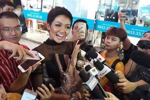 H'Hen Niê trong vòng vây nồng nhiệt tại sân bay Tân Sơn Nhất