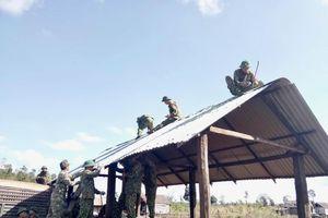 Bộ đội giúp đồng bào vùng cao dựng làng mới
