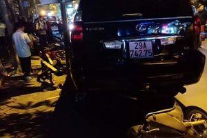 Rùng mình clip nữ tài xế lái Lexus tông 7 xe máy ở phố Trích Sài, 6 người bị thương