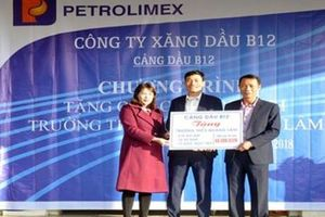 Cảng dầu B12 tặng quà học sinh nghèo vượt khó
