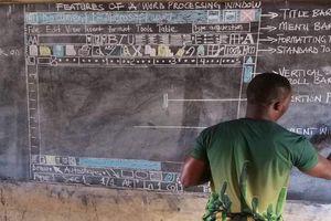 Thầy giáo châu Phi 'nổi như cồn' vì dạy tin học mà không sử dụng máy tính