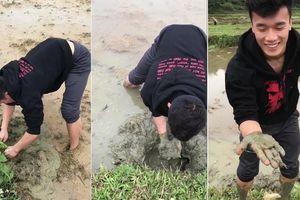 Clip: Thủ môn Bùi Tiến Dũng lội ruộng, móc bùn bắt cá như nông dân thứ thiệt