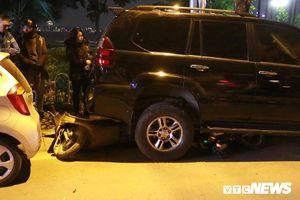 Clip: Camera an ninh ghi lại cảnh xe Lexus tông gần chục xe trên phố Hà Nội