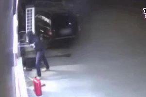 Lẻn vào nhà kho phá hủy nhiều chiếc ô tô, không ngờ người đàn ông tự rước họa vào thân