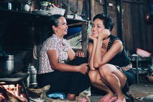 Ảnh giản dị của H'Hen Niê và mẹ gây sốt trong cộng đồng quốc tế