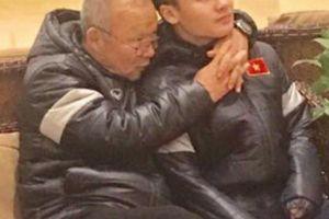 Thầy Park ôm hôn, véo má tuyển thủ VN: Sự thật ngã ngửa do sao Hàn tiết lộ