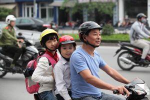 Tặng phiếu mua mũ bảo hiểm cho học sinh