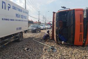 Xe tải tránh xe máy, tông gãy trụ đèn rồi lật ngang, tài xế thoát nạn