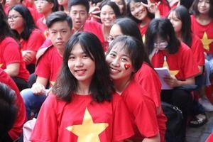 Học sinh hào hứng thể hiện tình cảm với cầu thủ Việt Nam qua bài thi