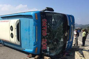 Kinh hoàng vụ lật xe khách, 7 người thương vong