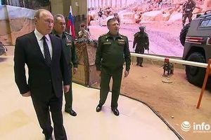 Ông Putin mục sở thị gần 100 vũ khí của phiến quân Syria bị Nga tịch thu