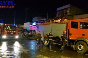 Cảnh sát phá cửa giải cứu 7 người trong căn nhà bốc cháy dữ dội lúc rạng sáng