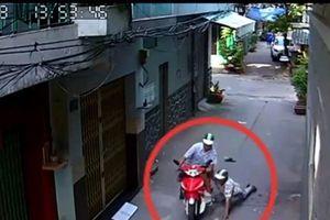 Clip: Nam thanh niên khống chế tài xế, cướp xe ôm ngay giữa ban ngày