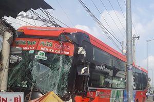 Vĩnh Long: Tai nạn liên hoàn, xe khách Phương Trang lao vào quán ăn ven đường