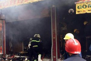 Phá cửa giải cứu 7 người kẹt trong đám cháy lúc rạng sáng ở TP.HCM