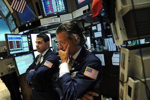 Chứng khoán trở lại cân bằng, giá dầu thô lao dốc