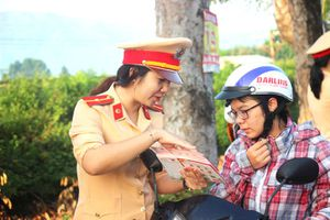 CSGT Bình Định triển khai vận động đội mũ bảo hiểm cho trẻ em
