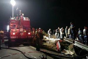 Xe chở dầu lao xuống vực bốc cháy ngùn ngụt, 2 người thương vong