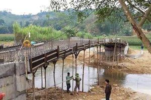 Hé lộ nguyên nhân cây cầu đang xây thì đổ sập xuống suối