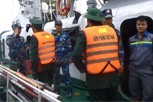 Tiếp nhận tàu cá và 6 thuyền viên bị nạn trên vùng biển Quảng Bình
