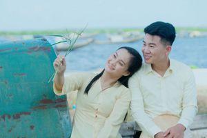 Ca sĩ Việt Tú 'rủ rê' cô gái Huế kể chuyện tình bên phá Tam Giang