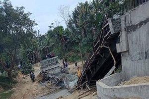 Yên Bái: Đang đổ bê tông, cầu thép bất ngờ đổ sập xuống sông